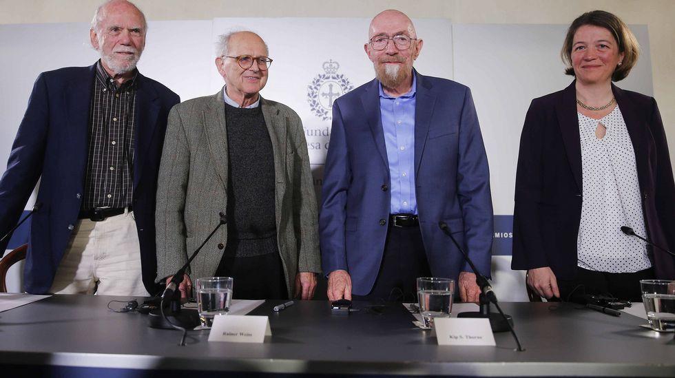 libros.Los tres físicos reconocidos este año con el Premio Princesa de Asturias de Investigación Científica y Técnica Kip, Thorne (2d), Rainer Weiss (2i) y Barry C. Barish (i), y Laura Cadonati (d), representante de la Colaboración Científica LIGO, (siglas en inglés del Laboratorio de Ondas Gravitacionales), durante la rueda de prensa que ofrecieron hoy en Oviedo.