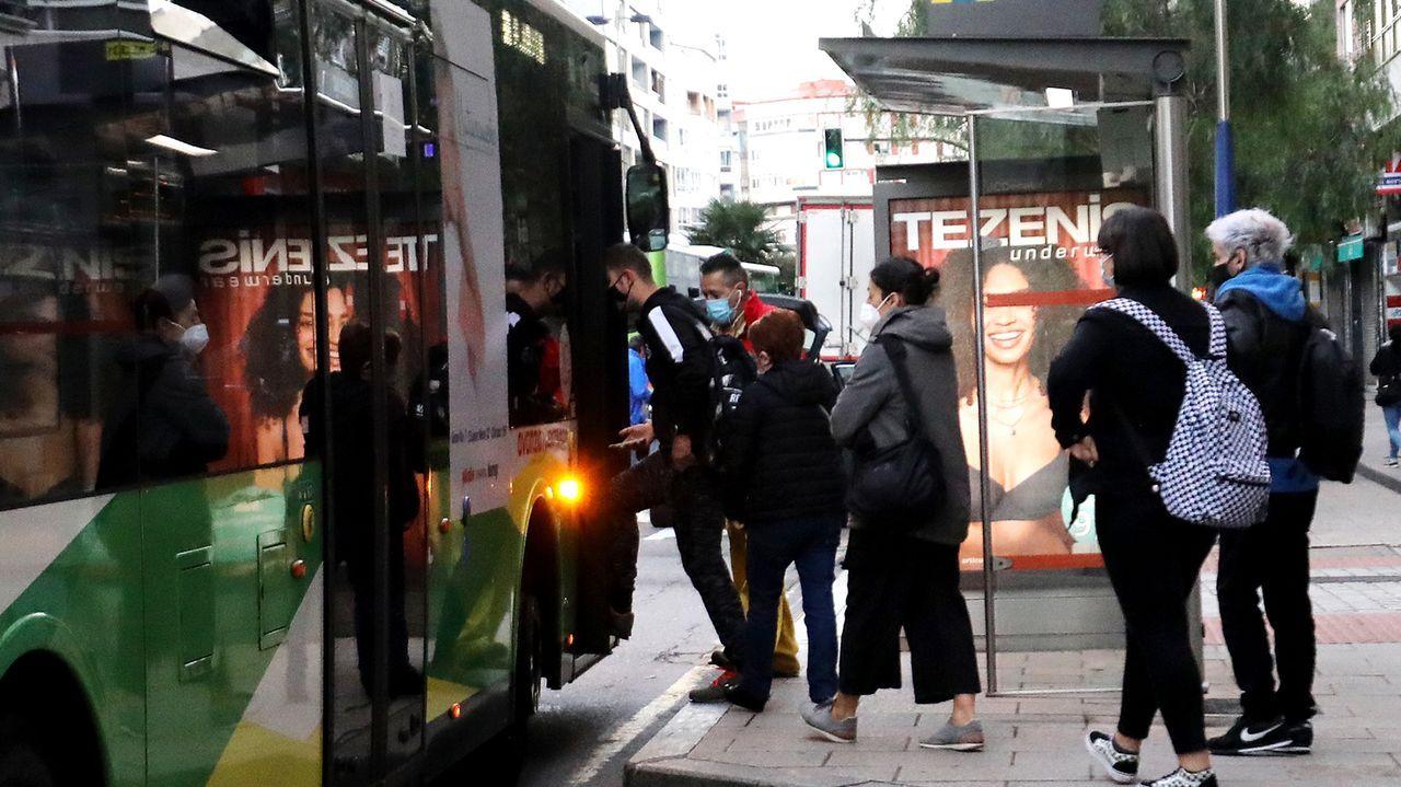 Subiendo al autobús en Vigo a primera hora de la mañana