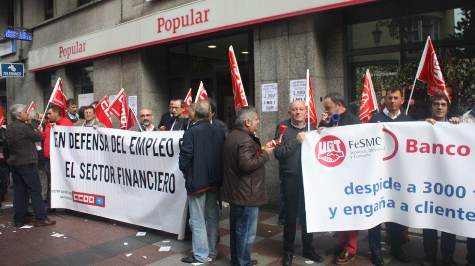 La Voz celebra sus 50 años en Príncipe.Trabajadores del Banco Popular se manifiestan ante la oficina central en Oviedo.