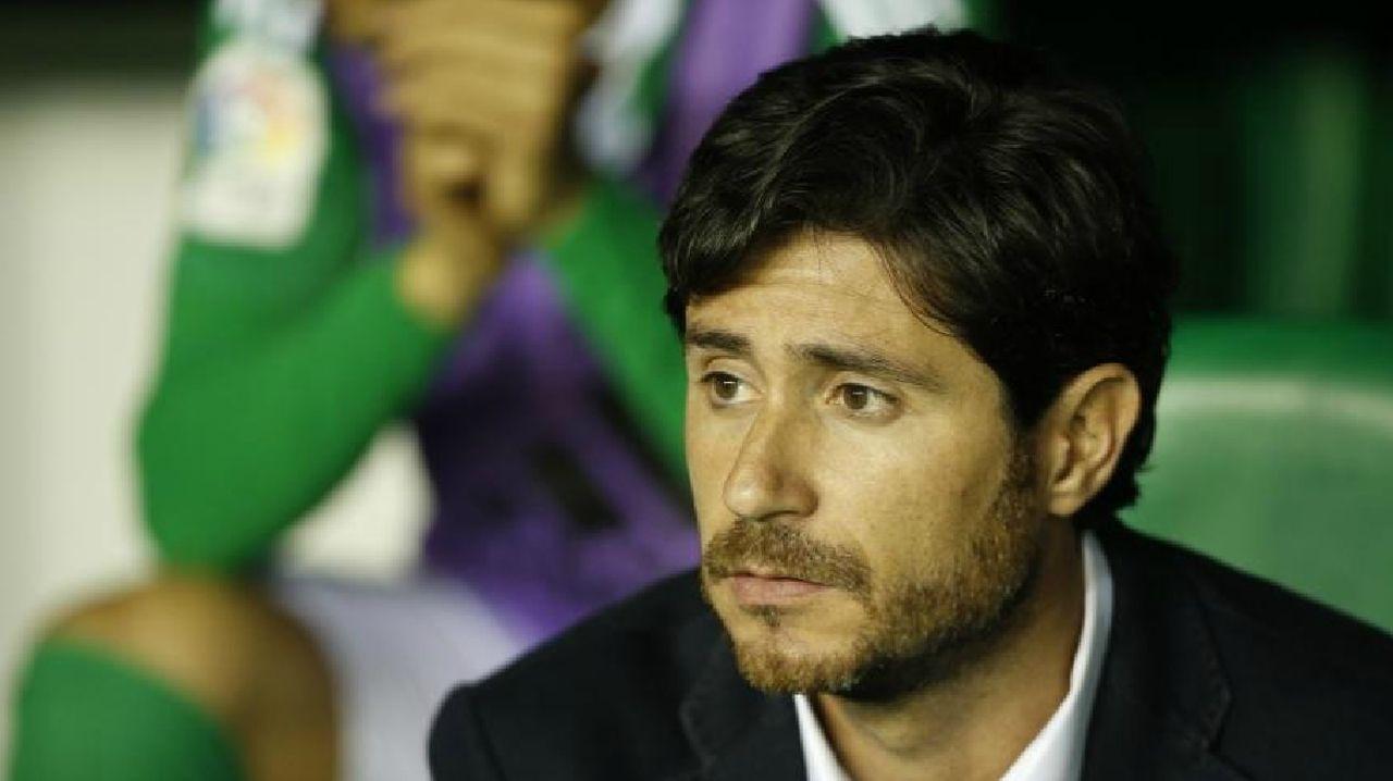 Christian Fernandez Renato Santos Malaga Real Oviedo La Rosaleda.Juanjo Nieto instantes después de recibir la primera tarjeta ante el Lugo