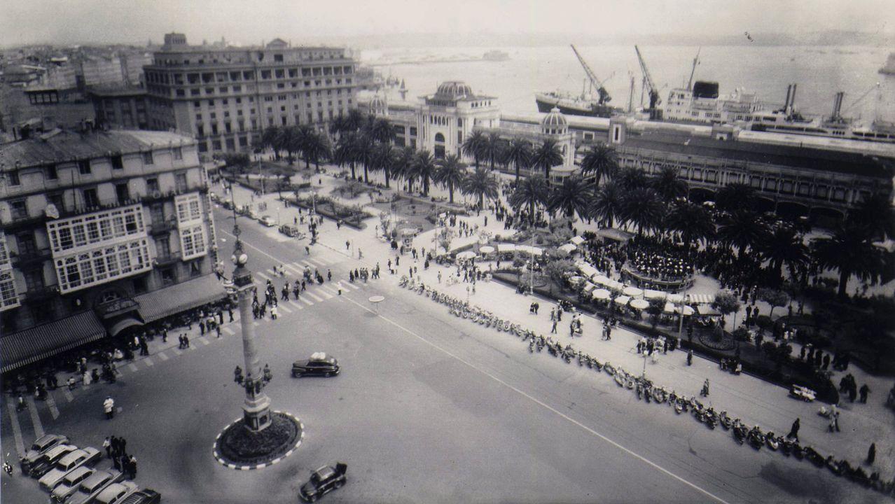 Panorámica del Obelisco, con el Teatro Colón al fondo, el hotel Atlántico, el palco de la música, los jardines y, en primer término, a la izquierda, el  hotel Palace en la Casa Caruncho.