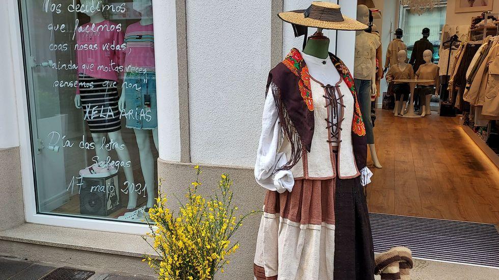 Algúns comercios xa locen o manequín co traxe tradicional galego.