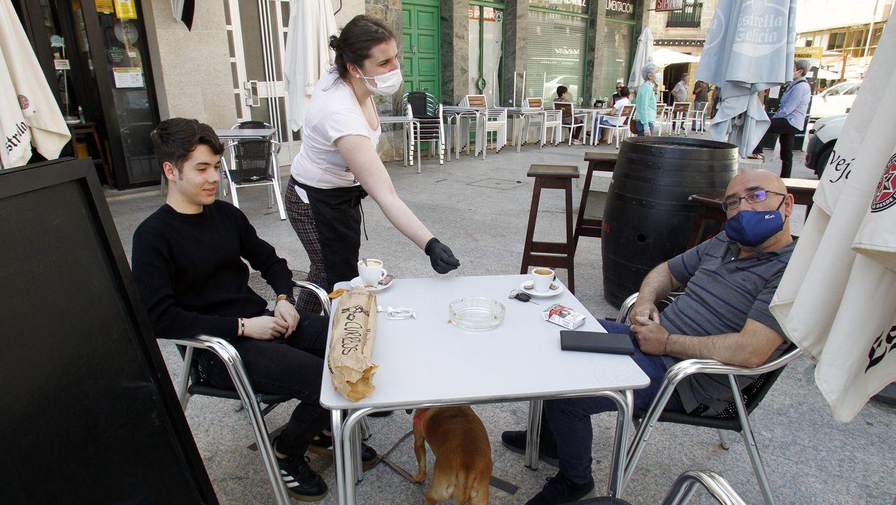Mónica Mazaira atiende a unos clientes en la terraza de la cafetería Santa Ana este miércoles en Chantada