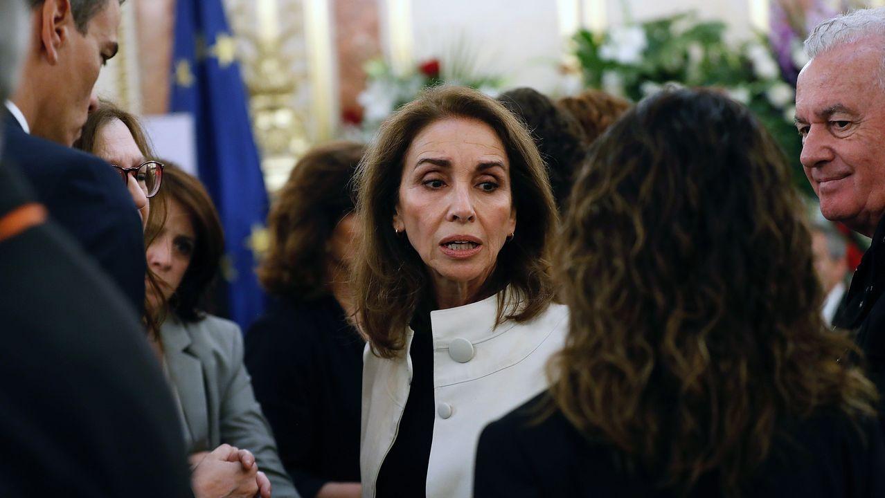 Los cantantes Ana Belén y Víctor Manuel, en las exequias de Rubalcaba