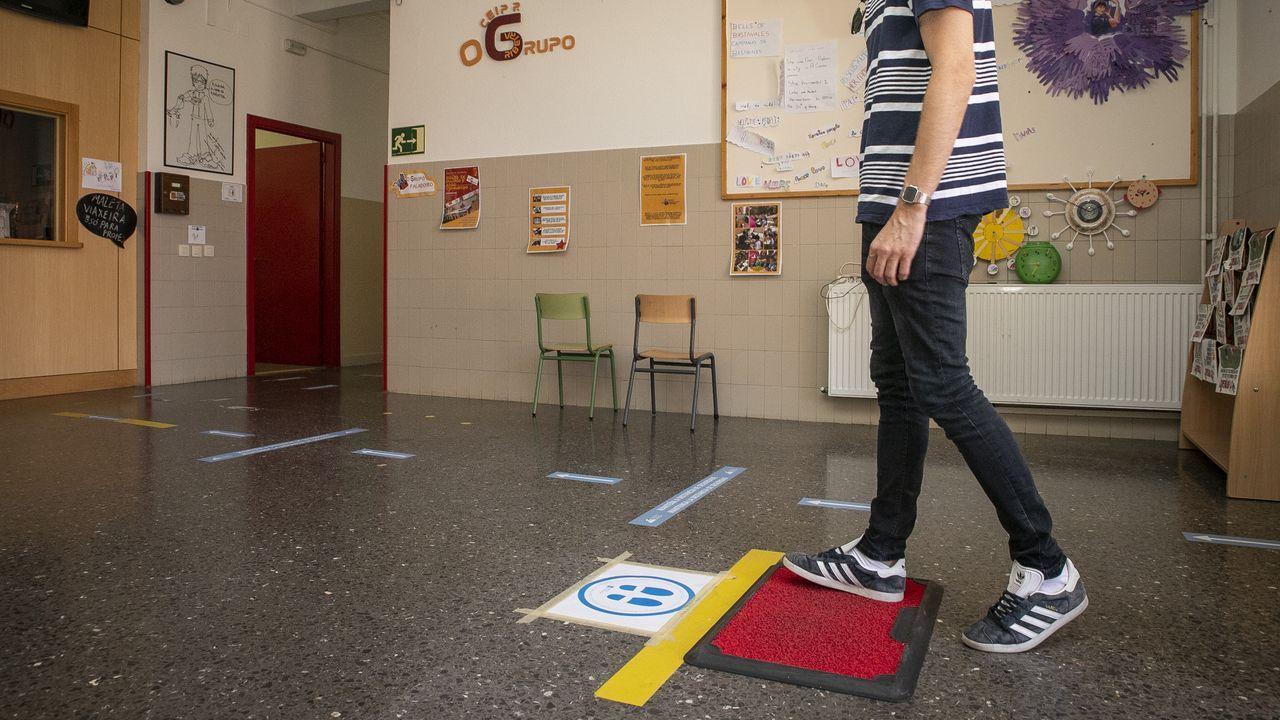 Felpudo desinfectante y pegatinas marcando itinerarios en el CEIP O Grupo de Ribeira