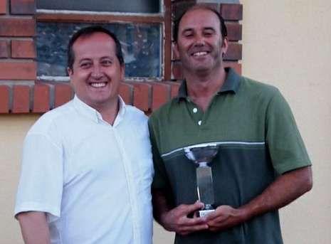 Alberto Otero, derecha, recibió el trofeo de manos de Veiga.