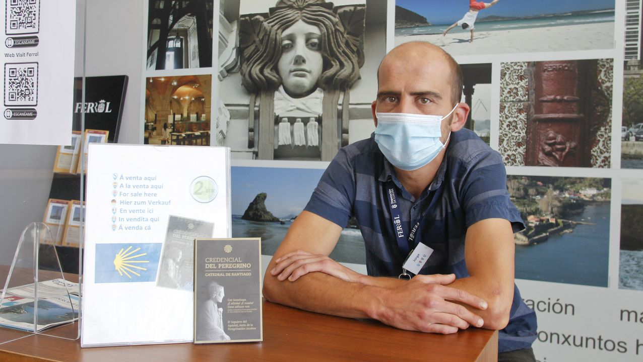 Jorge Medina atiende a turistas y peregrinos en la oficina del muelle de Curuxeiras