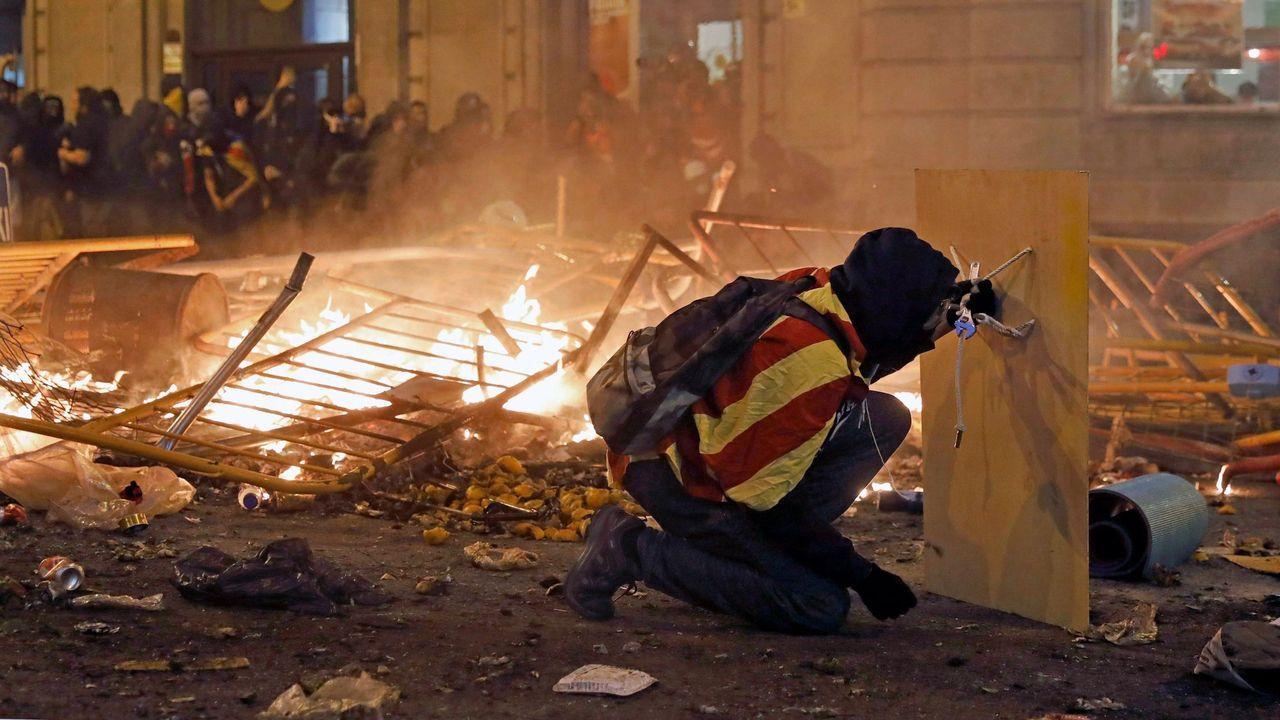 Un operario fumiga la margen del río Guadalquivir a su paso por Puebla del Río, en Sevilla.Los CDR estuvieron detrás de los disturbios violentos en otoño del 2019 en Barcelona