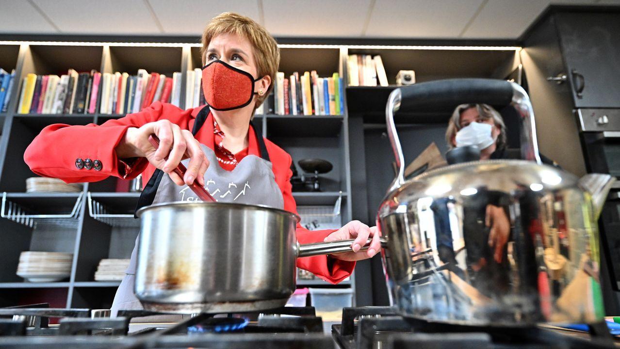 Nicola Sturgeon hizo este lunes campaña en una escuela de cocina
