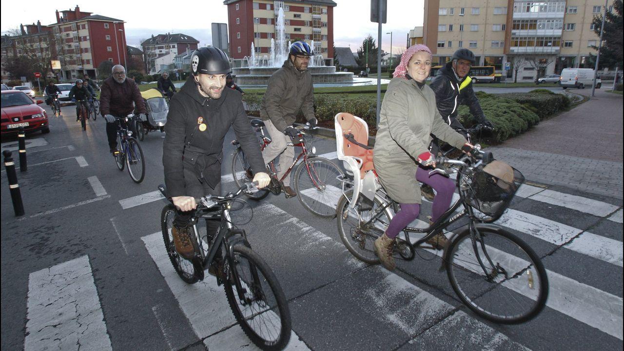 Entrada a la estación de tren de Gijón. ferrocarril.Paseo en bicicleta que organiza Masa Crítica