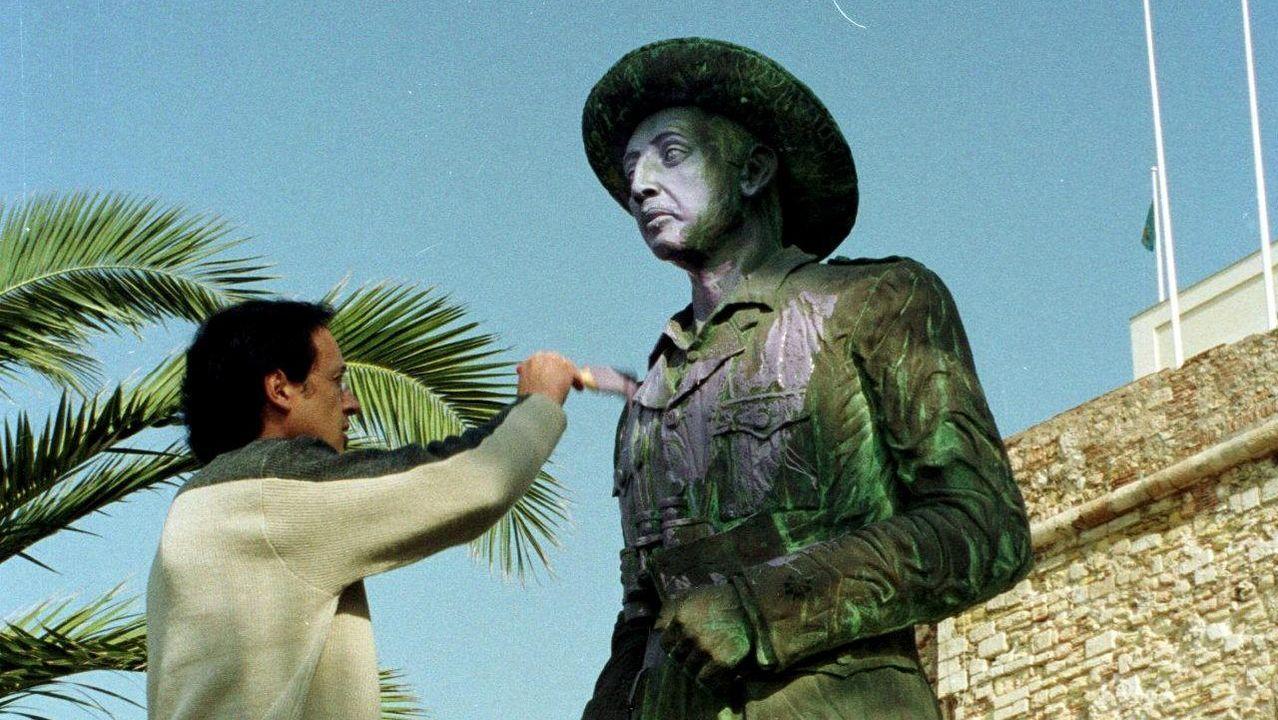 El secretario general de UGT en Melilla pinta de color malva la estatua de Franco en un acto reivindicativo en el 2001