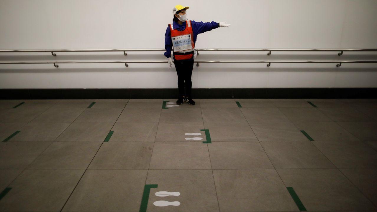 En el metro de Tokio, además de las marcas en el suelo, hay una guía que recuerda la distancia social