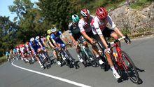 El pelotón ciclista durante la decimocuarta etapa de la 74th Vuelta a España 2019, con salida en la localidad cántabra de San Vicente de la Barquera y meta en Oviedo, con un recorrido de 188 kilómetros.