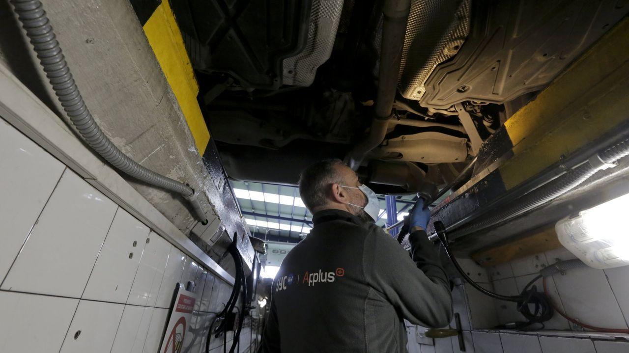 Un inspector examina los bajos de un vehículo en la estación de ITV de Sada