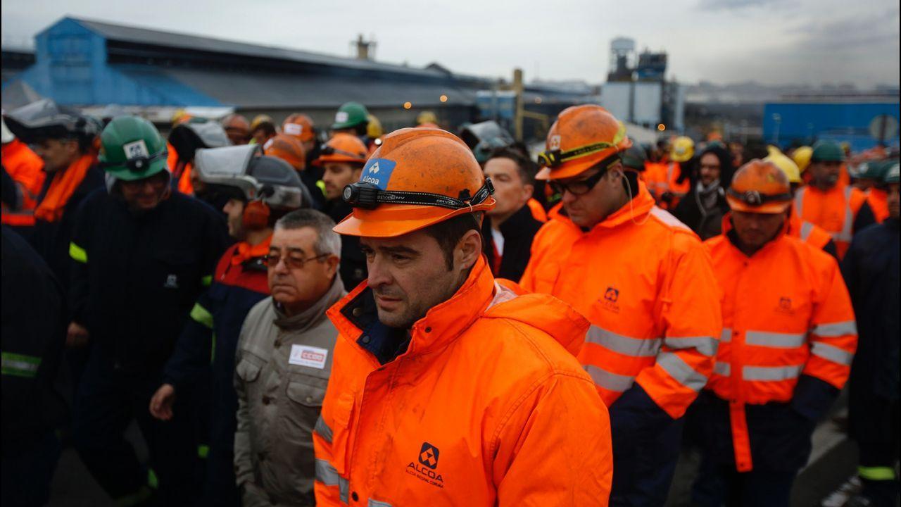 Marcha para intentar frenar los 369 despidos en Alcoa.Los bomberos de A Coruña se solidarizaron con la plantilla de Alcoa en la marcha de este lunes