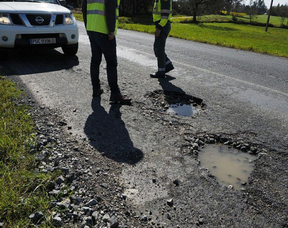 La feria de ternera gallega de Láncara, en imágenes.Los baches de la carretera LU P 1611 son de un gran tamaño; no están señalizados y muchos conductores no consiguieron evitarlos.