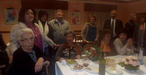 Ruth, en el centro junto al ramo de flores, con familiares, así como el alcalde y la senadora, entre otros.