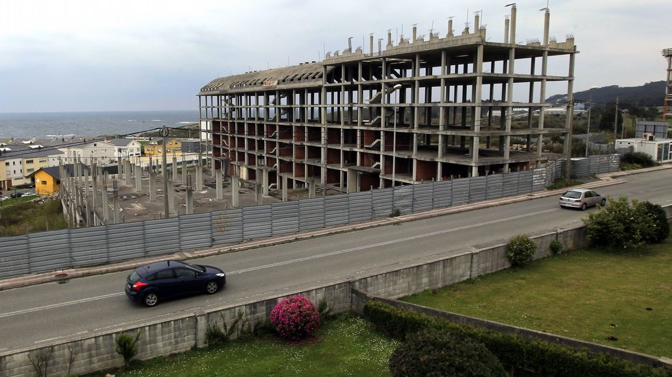 SAN CIBRAO. 532 pisos sin acabar. El alcalde de Cervo explica que ha intentado sin éxito contactar con la Sareb, el banco malo, para buscar una solución a la obra inacabada de una promoción de 14 edificios con 532 pisos que lleva más de 7 años parada.