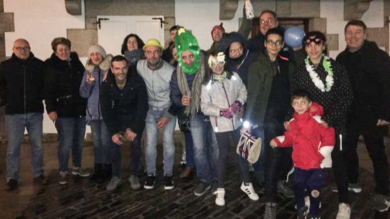 ¡Búscate en el álbum de las carreras de San Silvestre en la provincia de Ourense!.Los jugadores y jugadoras del Real Oviedo con el servicio médico del HUCA