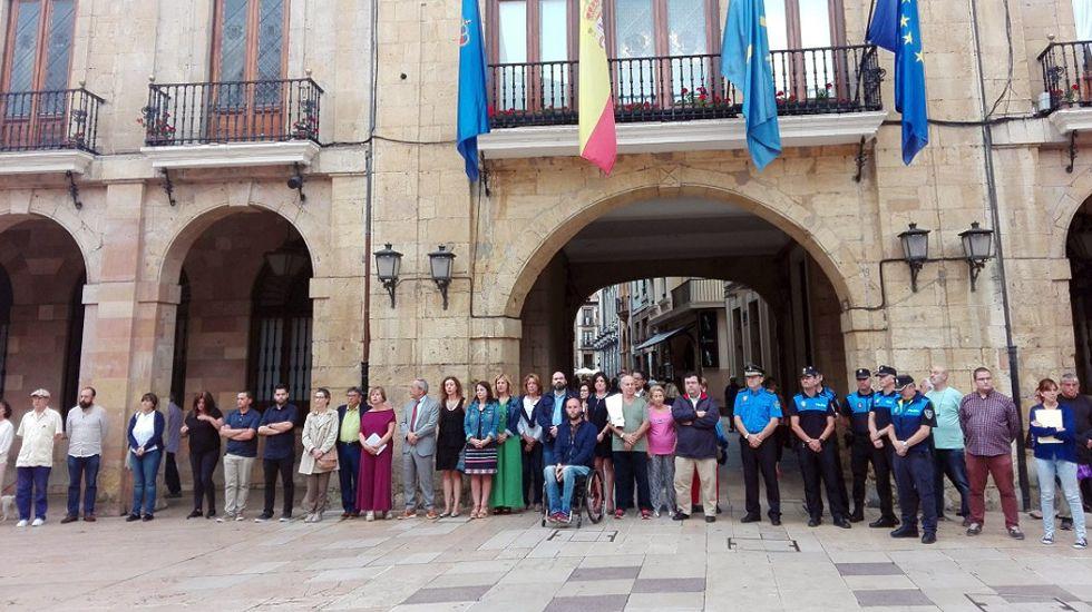 Asturias guarda silencio por los atentados de Barcelona.Emma Ramos (izquierda), junto con Carlos Suárez y Mercedes Fernández