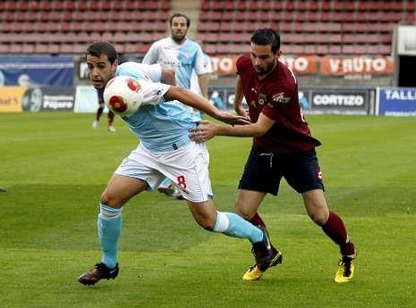Compostela y Pontevedra ofrecieron muy poco fútbol en el derbi jugado en San Lázaro.