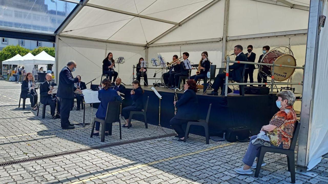 Actuación da Banda de Música de Vilalba na praza da Constitución, durante a feira