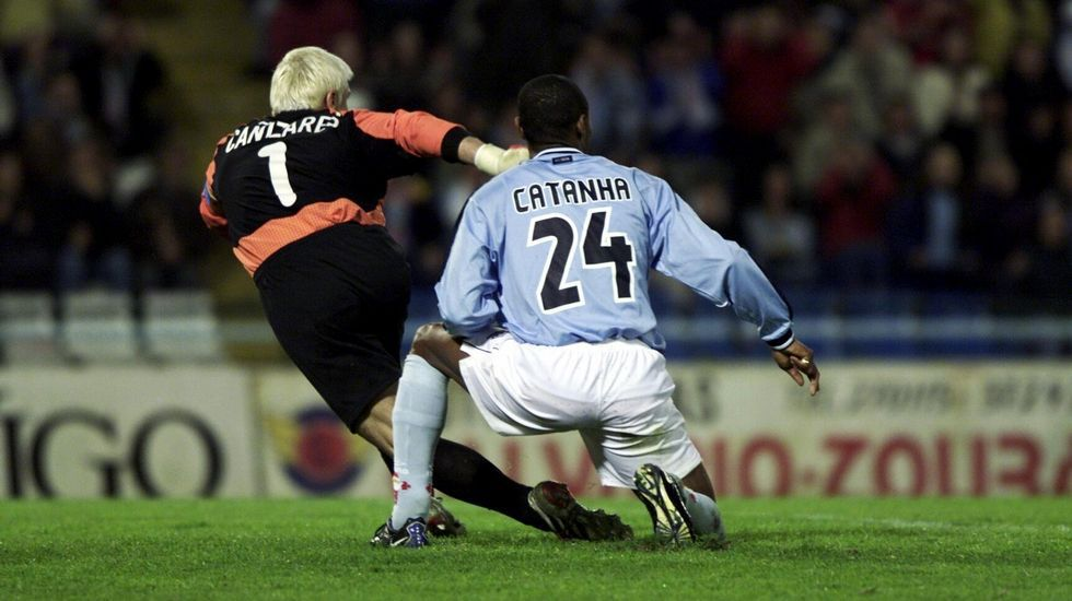Tras su marcha del Celta, se midió al equipo en varias ocasiones con Real Madrid y Valencia. En la imagen, con Catanha.