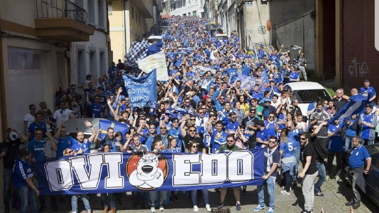 Afición del Oviedo en Lugo en 2017