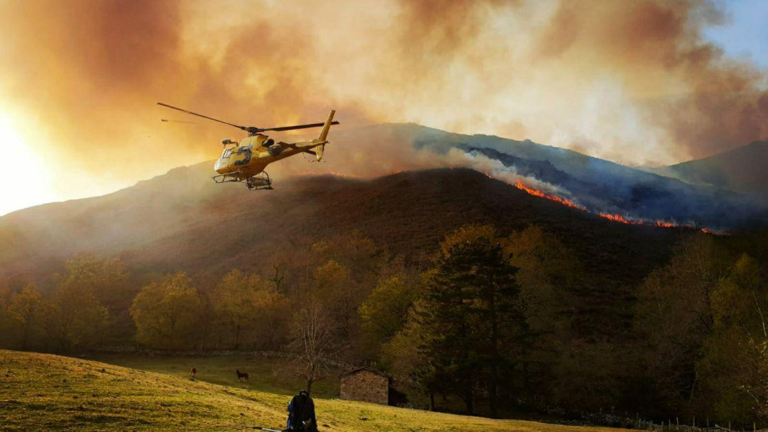 Helicóptero de Sepa en un incendio en Asturias