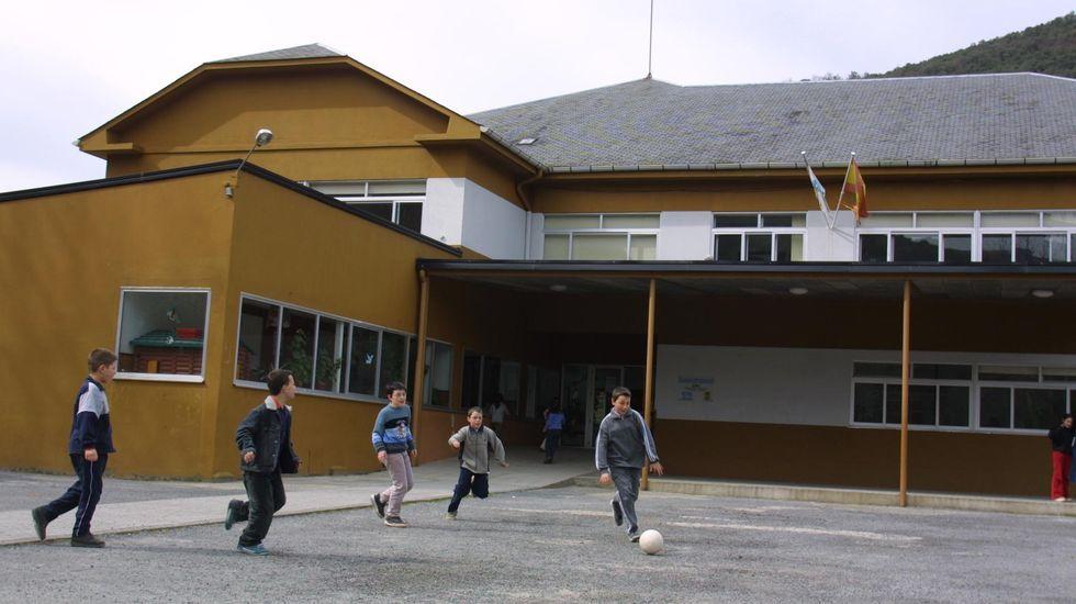 Niños jugando en el exterior del colegio de Seoane, en una foto de archivo