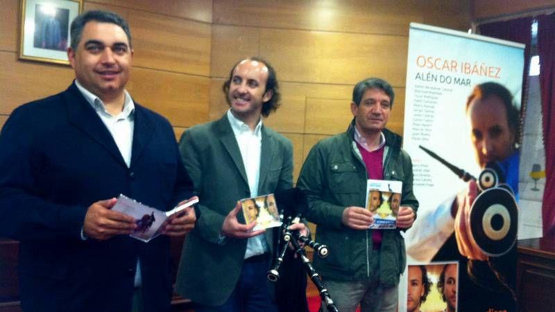 Pixán, de pie, con el pianista Alejandro Zabala, que lo ha acompañado en la grabación.
