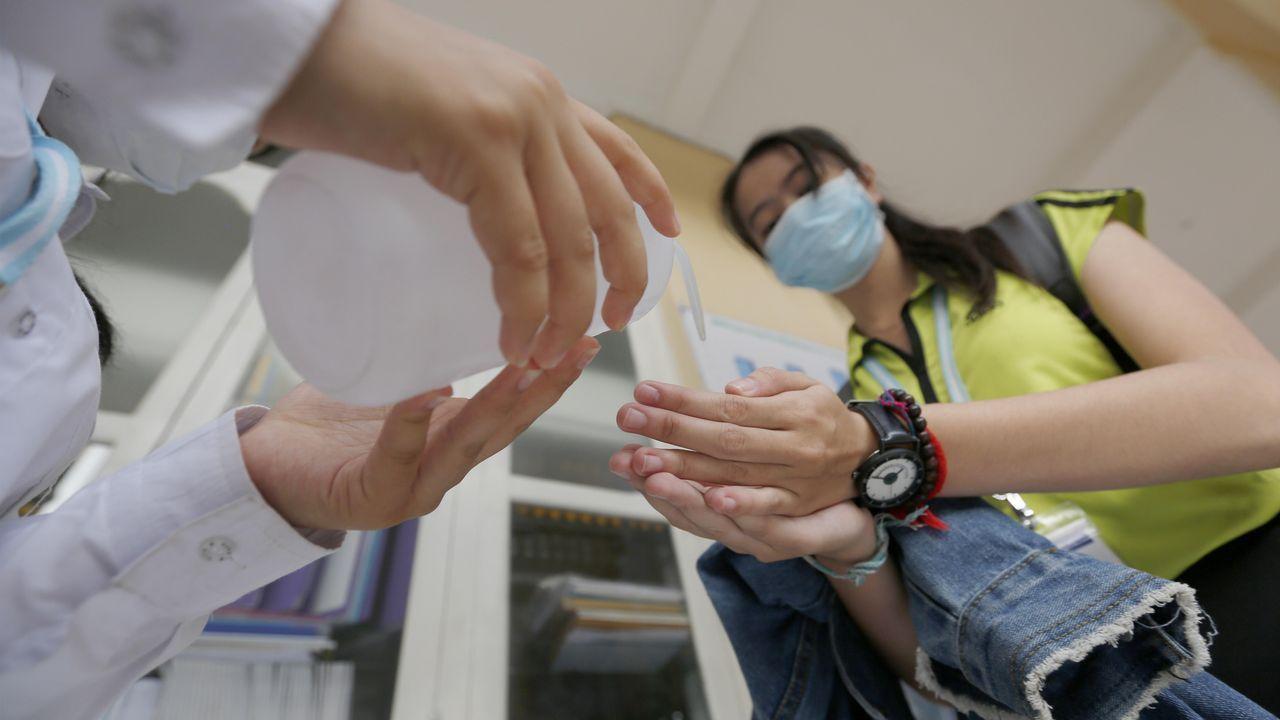 Personal médico de Indonesia rocía con antiséptico a los repatriados llegados de Wuhan.