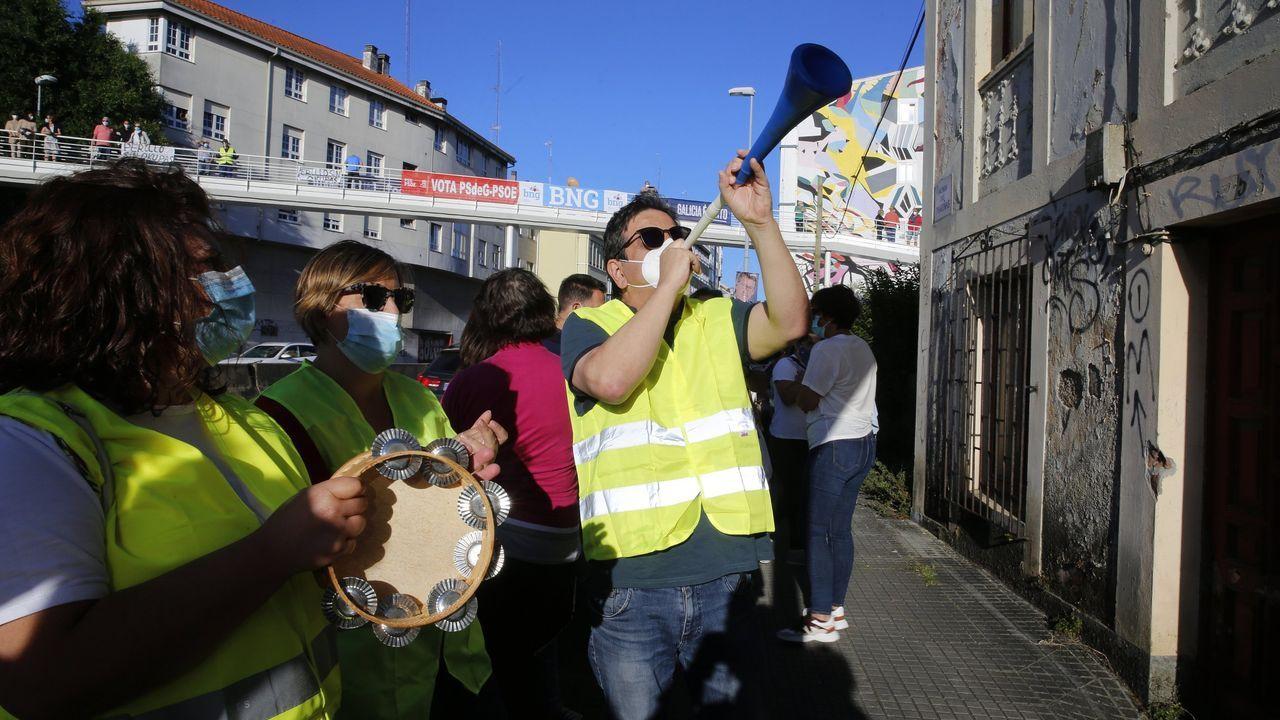 Protestas frente a una casa okupada en Oleiros