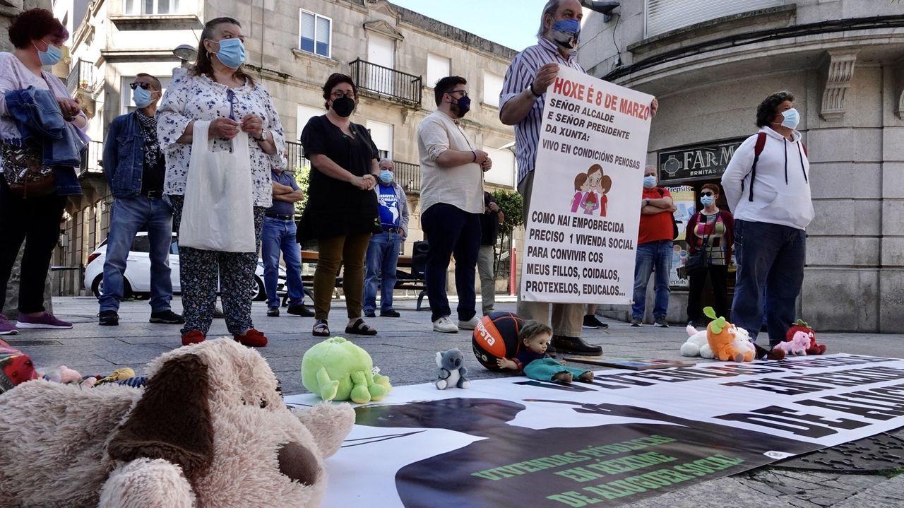 Concentración de Os Ninguéns frente a la plaza de abastos deO Calvario por los derechos de los menores de madres empobrecidas.Imagen de los juzgados de Oviedo, sin la bandera de España.