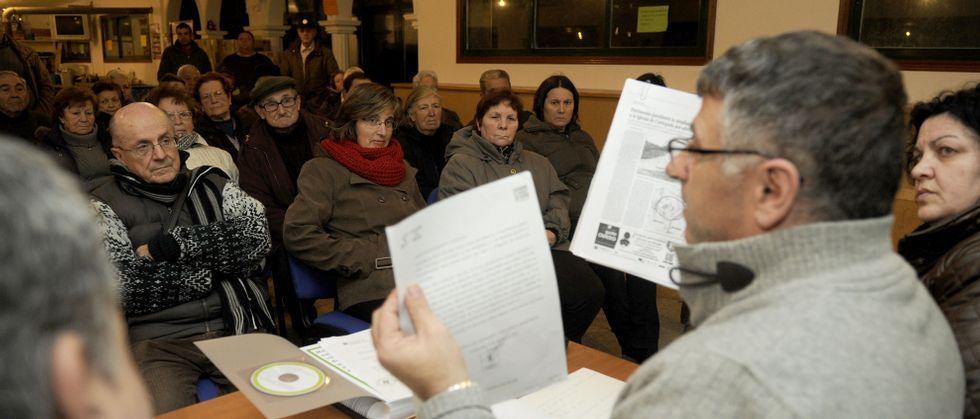 Unos ochenta vecinos respaldaron la convocatoria del alcalde que agradeció tener el apoyo porque pasó días de «moita tensión».