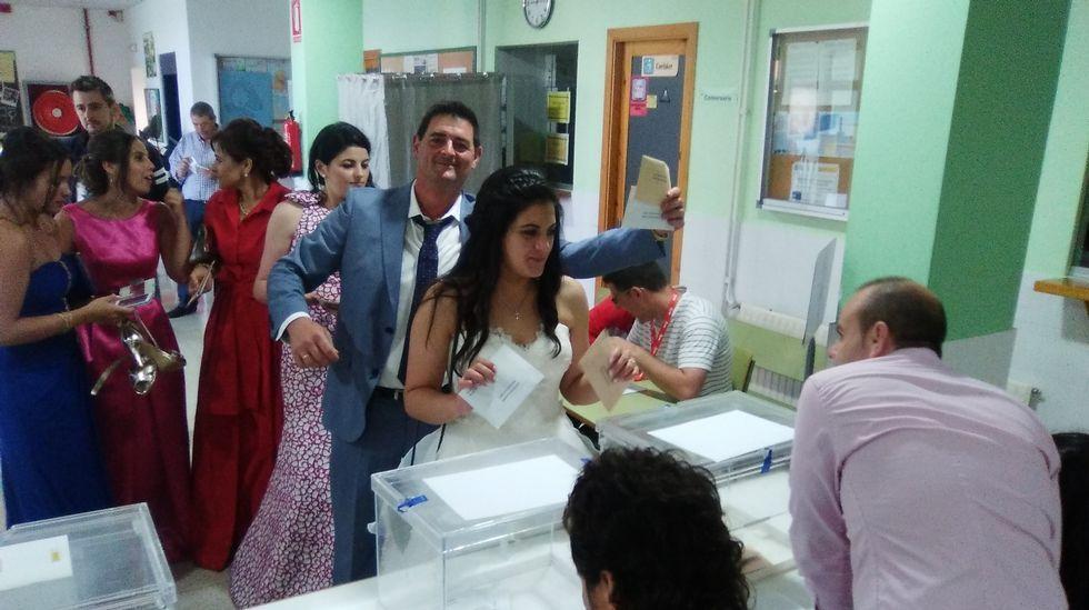 A votar después del «sí, quiero». Una recién casada y varios invitados al enlace han acudido a votar esta mañana después de una noche de celebración