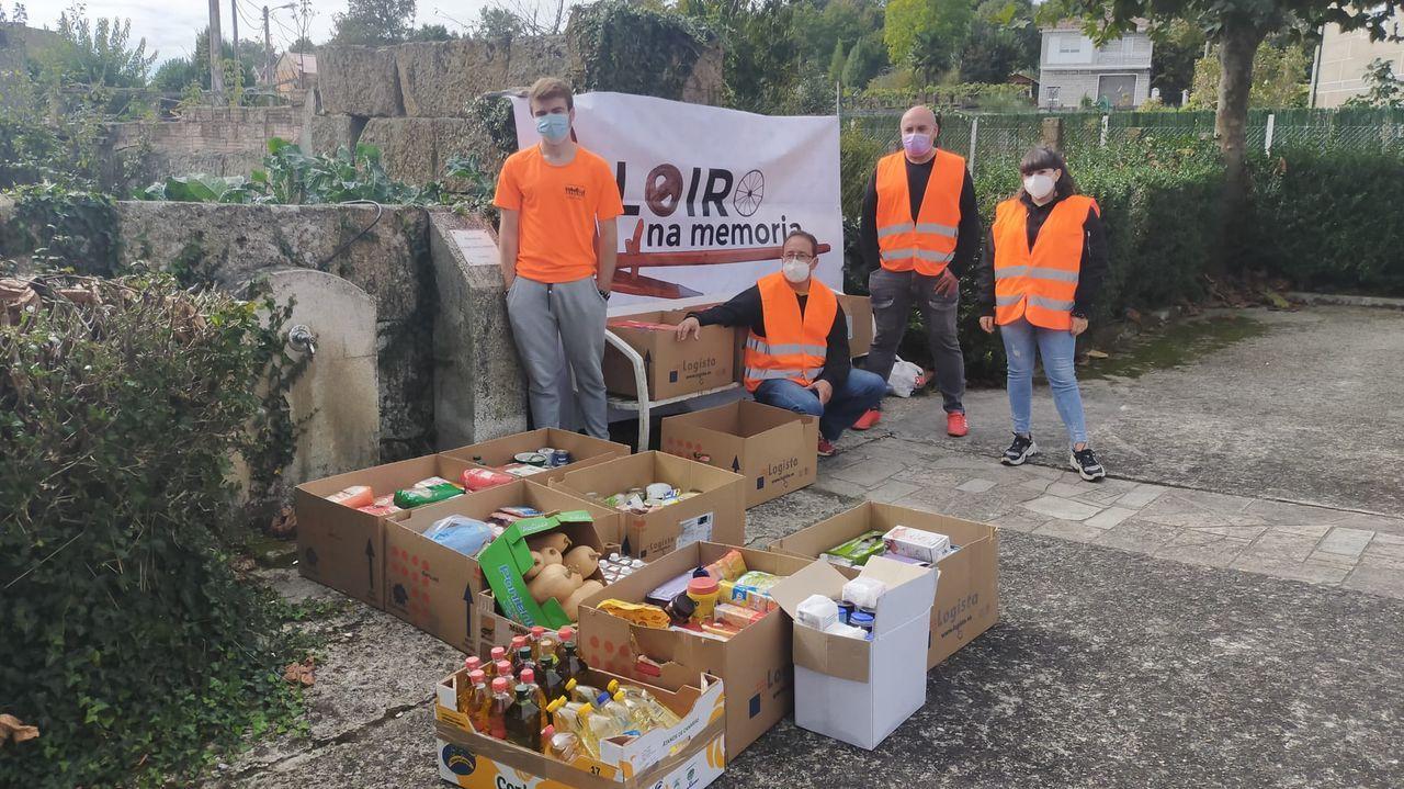 Cadena humana hostelera para repartir alimentos.El equipo de rescate evacúa a una víctima en un edificio de Esmirna