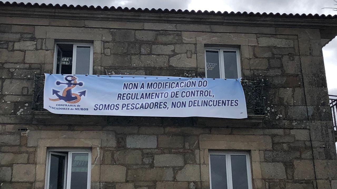 Pancarta contra el reglamento en la cofradía de Muros