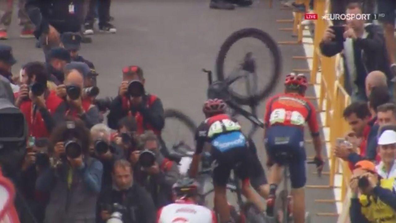 Ambientazo en Estaca de Bares con la llegada de La Vuelta.El viento será protagonista de la jornada