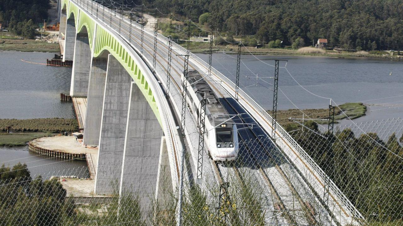 Los vecinos de Seixalbo soportan de madrugada las obras del AVE.Un tren circulando por el viaducto del Ulla, en el eje atlántico
