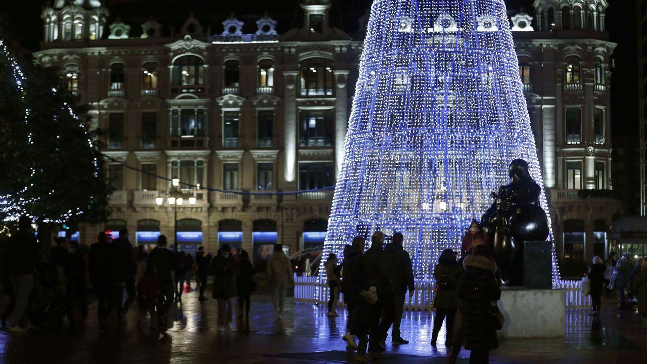 Luces de Navidad en la plaza de La Escandalera de Oviedo