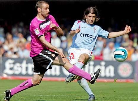 Copa del Rey: Las imágenes del Deportivo-Mallorca.El deportivista Pablo Álvarez y el céltico Placente, en un lance del último derbi en Primera, el 15 de abril del 2007.