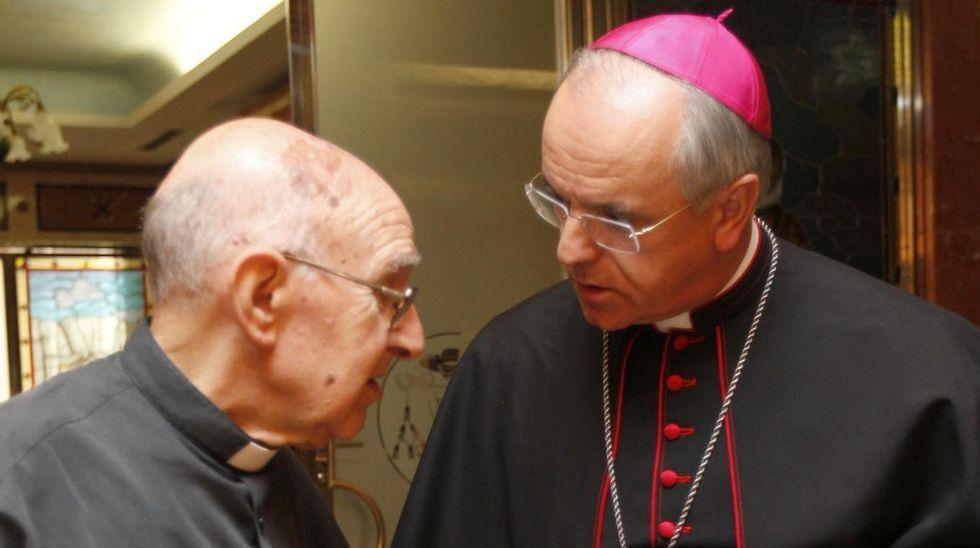 «Algunos hemos estado mucho tiempo sin poder juntarnos con la familia».José Estévez, a la izquierda, junto al obispo, Leonardo Lemos