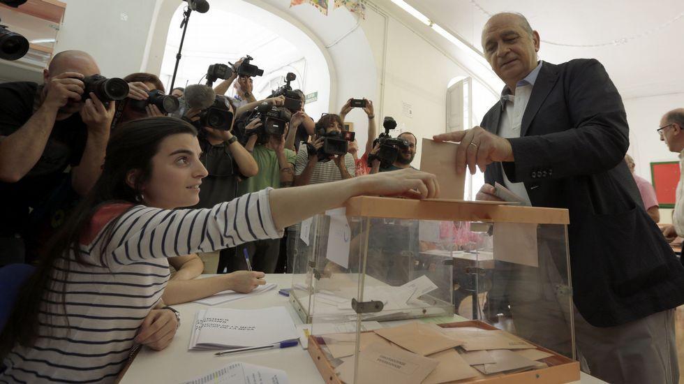 El ministro del Interior en funciones y cabeza de lista por Barcelona, Jorge Fernández Díaz, vota en un colegio de la capital catalana.
