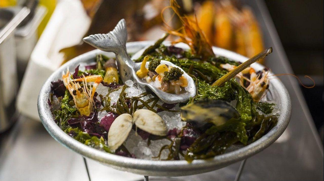 Rafa Zafra presenta un universo marino en el plato, de la mano de su mujer, Anna Gotanegra. Rodeados de la cocina y con el género a la vista, nos sorprende este «maremoto» donde se juntan ostras, gambas, percebes y caviar.