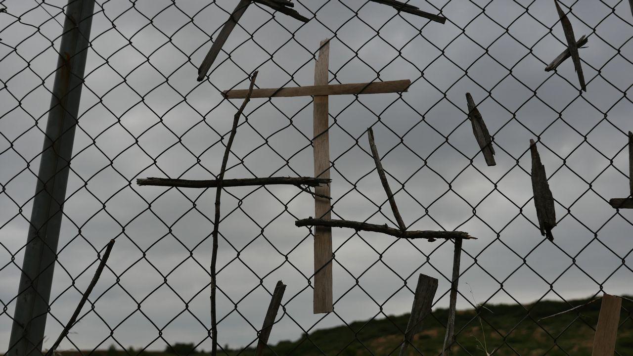 Restos de cruces que los peregrinos han ido colocando en las vallas de la autovía