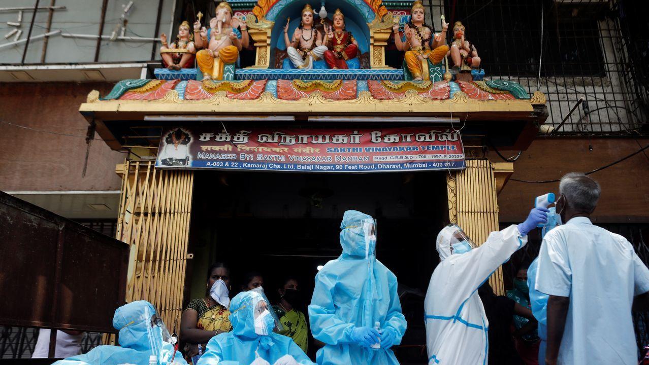 Sanitarios realizan pruebas a ciudadanos indios en Calcuta