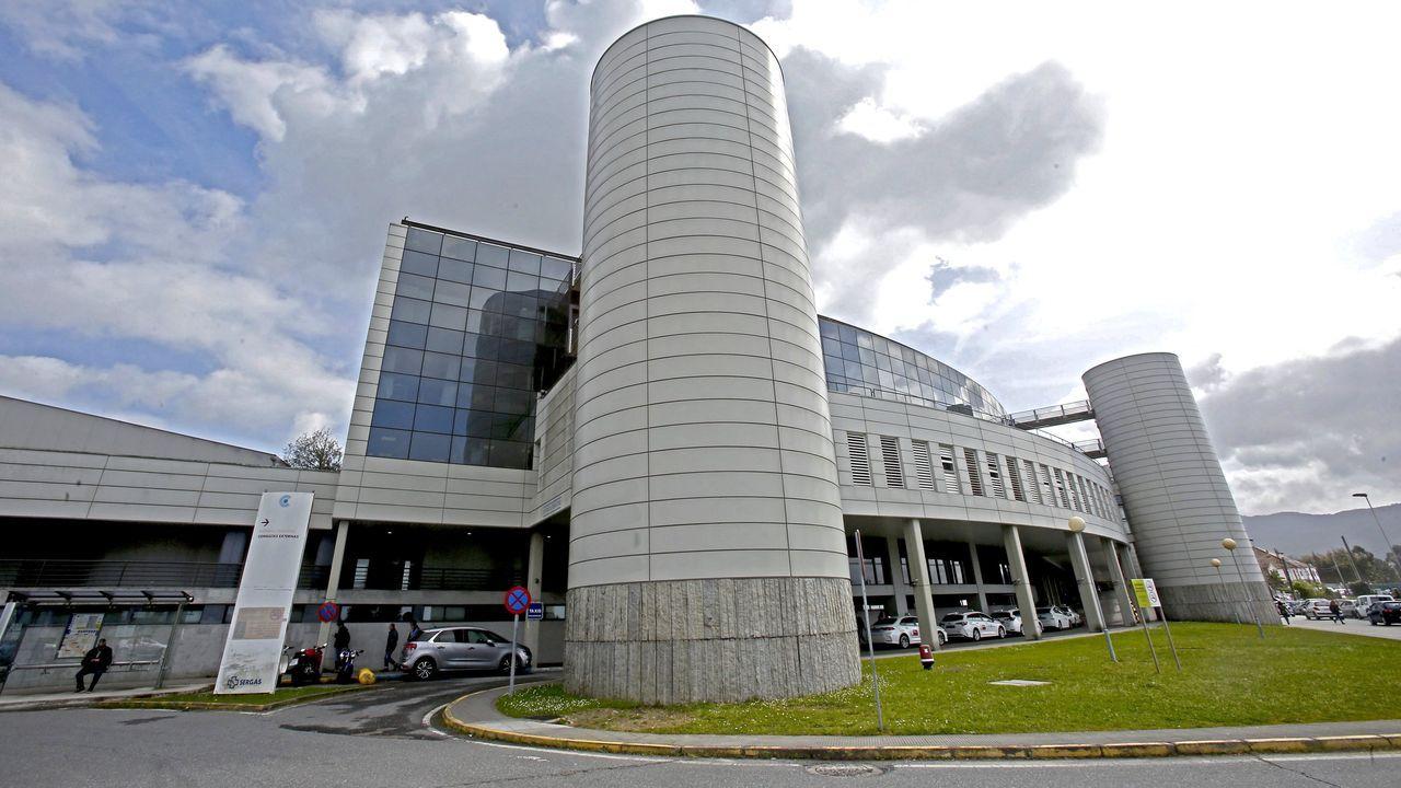 Una ambulancia, en un traslado en el Hospital Montecelo de Pontevedra durante la pandemia