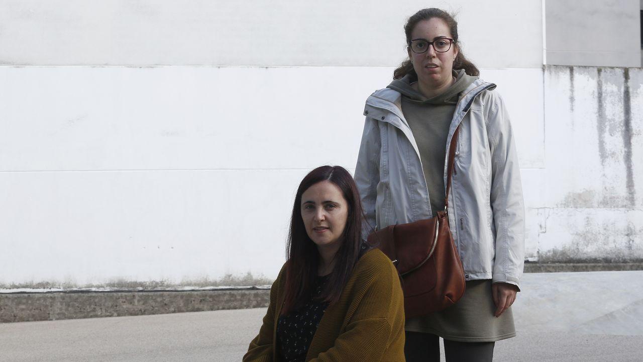 Sandra Varela, de pie, y la educadora social que la ayuda a preparar los exámenes, Laura Díaz