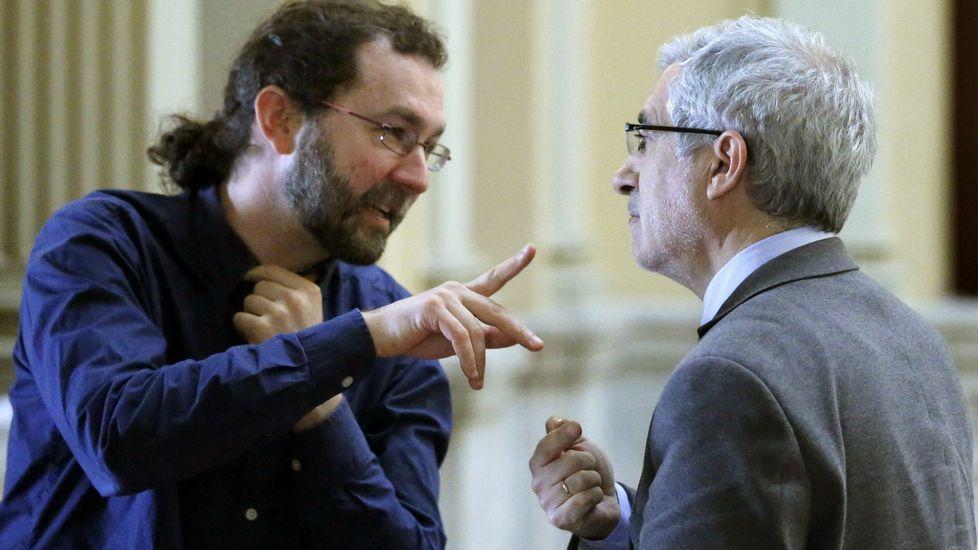 Daniel Ripa y Ramón Argüelles, encabezaron las delegaciones de Podemos e IU que se reunieron en la Junta General del Principado.El portavoz de Podemos, Emilio León (i), y el de IU, Gaspar Llamazares (d), conversan tras finalizar la Junta de Portavoces del Parlamento asturiano.